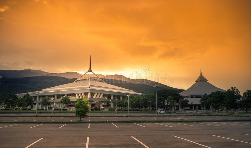CHIANGMAI Tailandia-agosto 18,2017: Chiang Mai International Exhibition y Convention Center el día de la puesta del sol foto de archivo