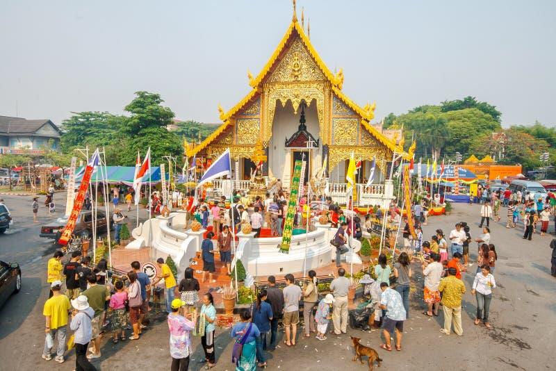 CHIANGMAI, TAILANDIA - 13 DE ABRIL: Agua de colada de la gente a Buda Phra Singh en el templo de Phra Singh en el festival de Son foto de archivo libre de regalías