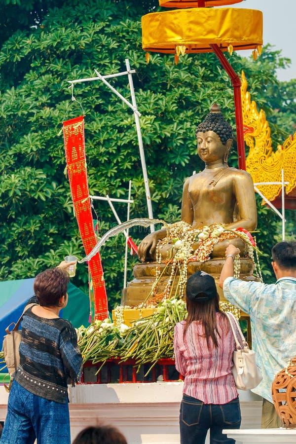 CHIANGMAI, TAILANDIA - 13 DE ABRIL: Agua de colada de la gente a Buda Phra Singh en el templo de Phra Singh en el festival de Son imagen de archivo libre de regalías