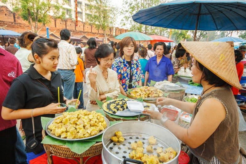 CHIANGMAI, TAILANDIA - 13 DE ABRIL: El mercado retro de la simulación de Lanna en el pasado en el festival de Songkran el 13 de a fotos de archivo