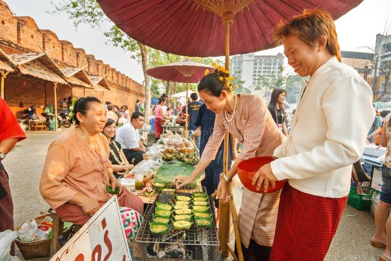 CHIANGMAI, TAILANDIA - 13 DE ABRIL: El mercado retro de la simulación de Lanna en el pasado en el festival de Songkran el 13 de a imagenes de archivo