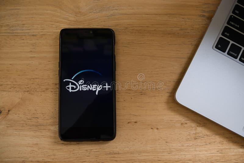 CHIANGMAI, TAILANDIA - 24 DE AGOSTO DE 2019 : Teléfono inteligente con logotipo disney más en pantalla. Disney+ es una suscripci fotografía de archivo libre de regalías