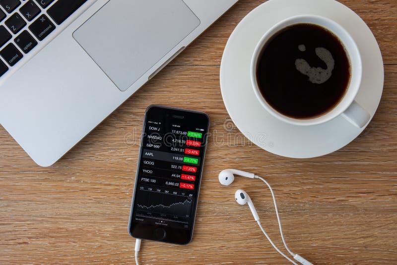 CHIANGMAI, TAILANDIA - 5 DE FEBRERO DE 2015: Mano que lleva a cabo el iPhon de Apple imagen de archivo libre de regalías