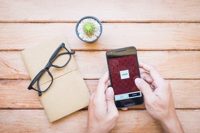 CHIANGMAI, TAILANDIA - 12 DE MARZO DE 2016: Teléfono elegante que exhibe Ube foto de archivo libre de regalías