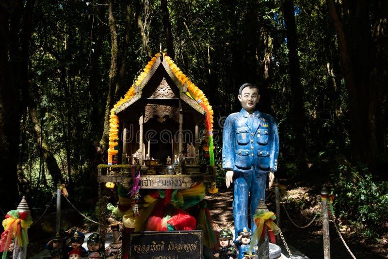 Chiangmai, Tailandia - 22 febbraio 2019: Vista del santuario di Chao Krom Kiathe, un piccolo padiglione di spirito costruito affi fotografia stock