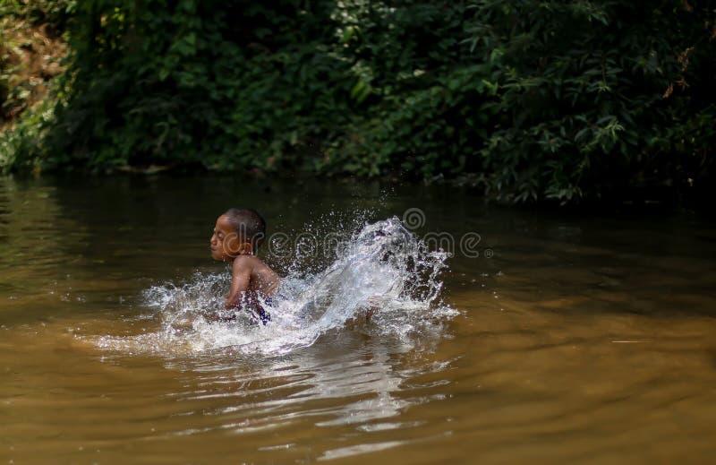 Chiangmai, Tailandia - 31 marzo 2016: Chiangmai, Tailandia - 31 marzo 2016: Un ragazzo è rafting di bambù nella giungla a nord di immagine stock