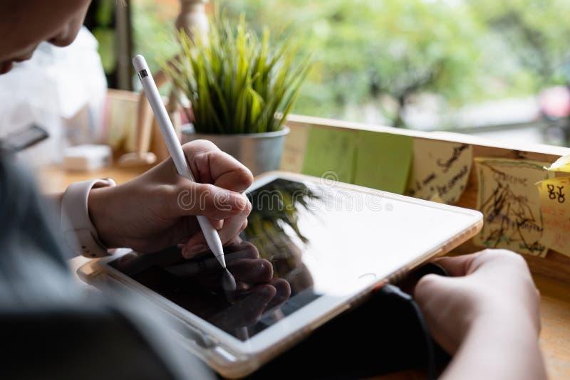 CHIANGMAI, TAJLANDIA - AUG 24, 2019 : Biznesmenka trzyma Apple Pencil na rysunku iPad Pro iPad Pro został utworzony i opracowany  obrazy stock