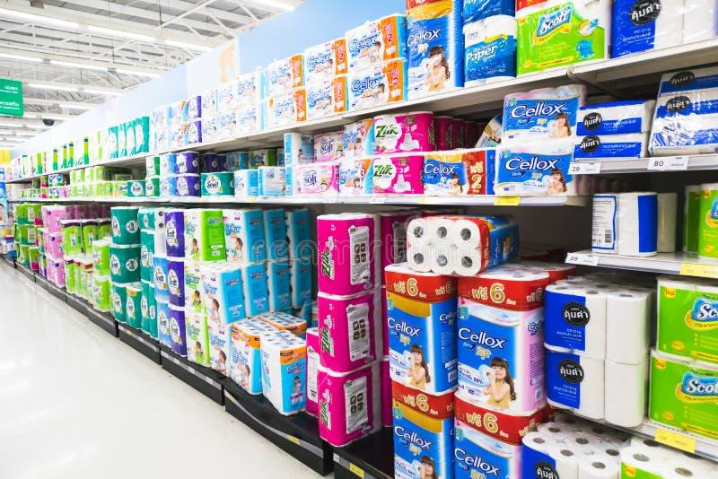 CHIANGMAI TAJLANDIA, LIPIEC, - 4, 2019: Papier Toaletowy I Kuchenni Papierowi ręczniki Na supermarket półce obrazy stock