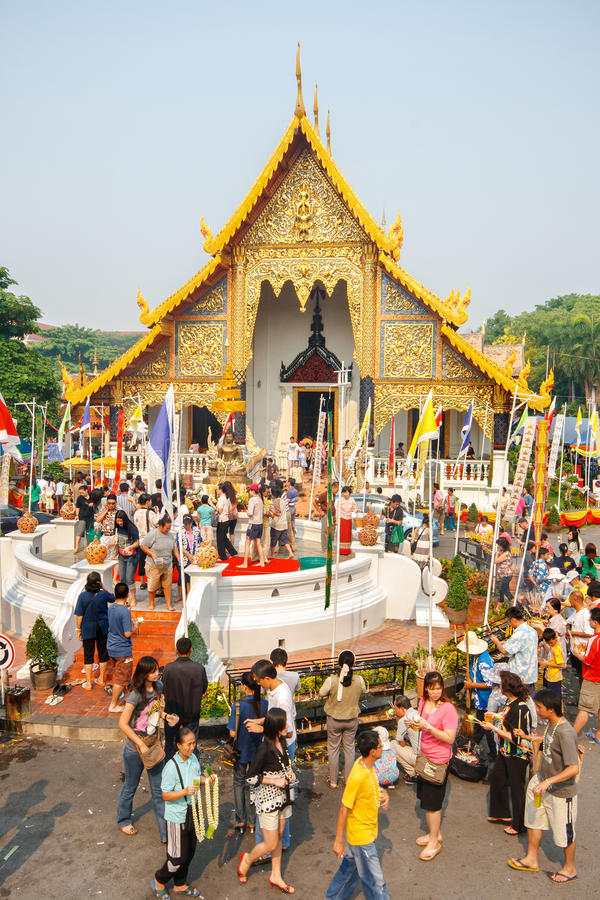 CHIANGMAI, THAÏLANDE - 13 AVRIL : L'eau de versement de personnes à Bouddha Phra Singh au temple de Phra Singh dans le festival d photo stock