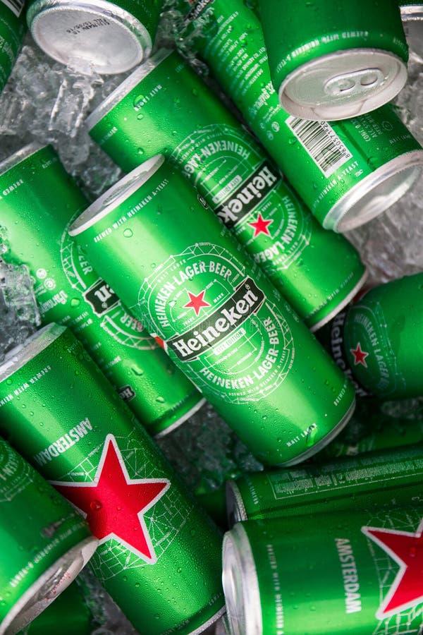 CHIANGMAI, THAÏLANDE - 2 JUILLET 2016 : Boîtes de bière de Heineken photo stock