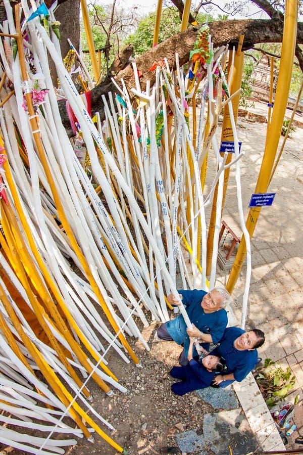 CHIANGMAI THAILAND-APRIL 15: Dyrkan i Songkran festival, A royaltyfri bild
