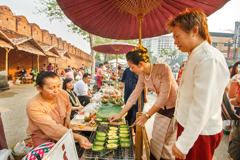CHIANGMAI, THAILAND - APRIL 13: Simuleer retro markt van Lanna in het verleden in Songkran-Festival op 13 April, 2008 royalty-vrije stock foto