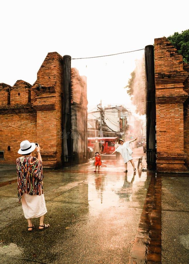 CHIANGMAI, THAILAND 9,2019 APRIL - Toeristenfamilie die een foto nemen bij Thapae-poort oude bakstenen muur van Chiangmai na de r stock afbeelding