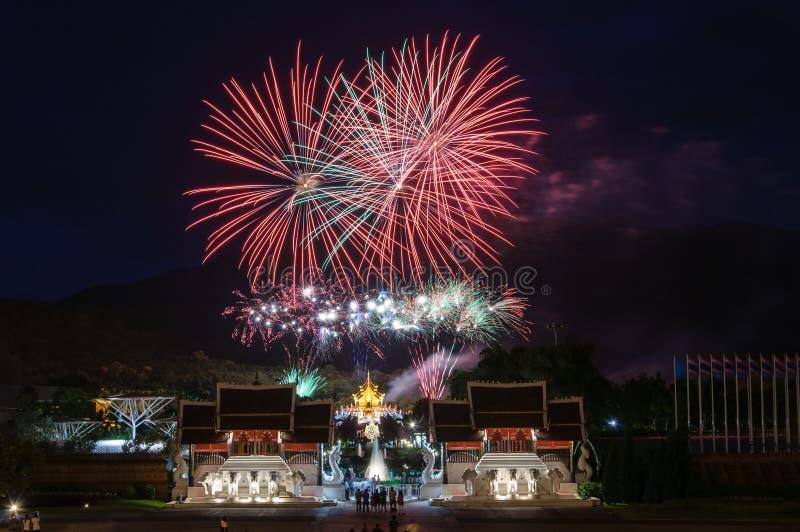 CHIANGMAI, 12 Thailand-Augustus: Vuurwerk Koningin Sirikit Ceremony stock afbeeldingen