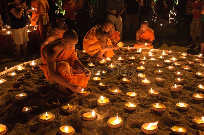 CHIANGMAI Thailand-Februari 14: Oidentifierade munkljusstearinljus arkivbild