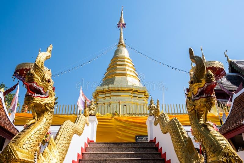 Chiangmai, Thailand - Februari 24, 2019: Weergeven van de gouden pagode bij Wat Phra That Doi Kham-tempel in Chiangmai stock afbeelding