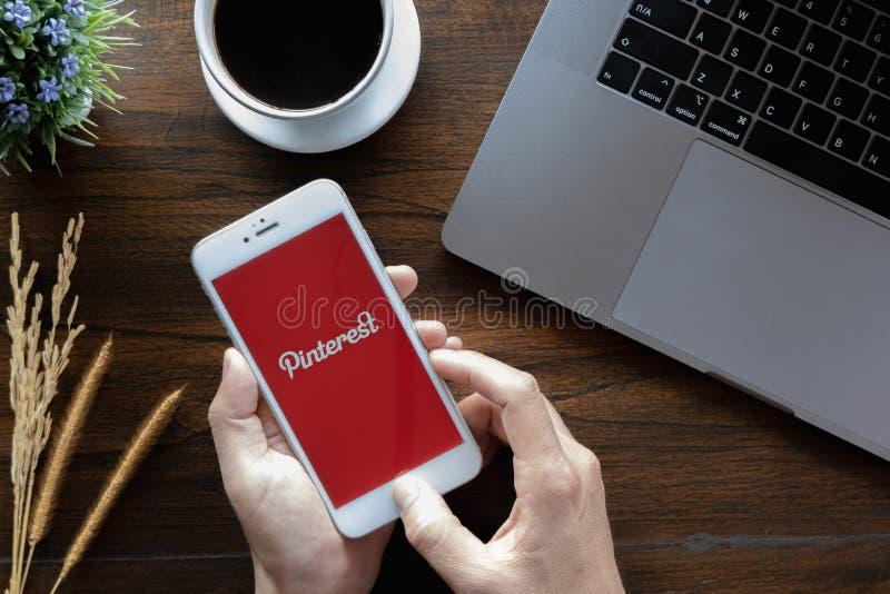 Chiangmai Thailand - Januari 20, 2019: Apple iPhone 6 som visar den Pinterest applikationen på mobil Det rymdes av manhanden i ka royaltyfria foton
