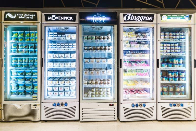 CHIANGMAI, THAILAND - JULI 4, 2019 - olika märken och anstrykningar av glass som staplas på kylhyllor i en supermarket arkivbild