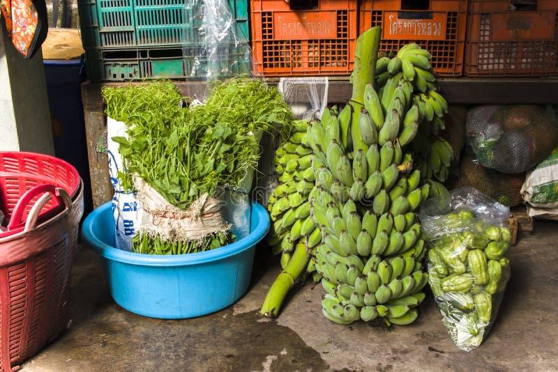 CHIANGMAI, THAILAND-JUN 3,2019: de groenten van landbouwbedrijf treffen voor verkoop in chiangmaimarkt voorbereidingen stock foto