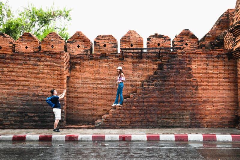 CHIANGMAI, THAILAND JUNI 13,2019 - Reisender machen ein Foto an der alten Wand von Chiangmai, Thapae-Tor stockbild