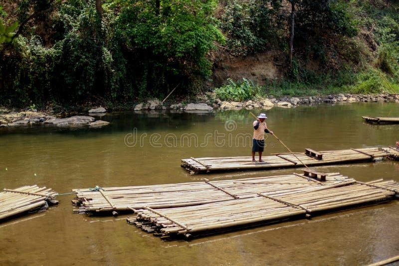 Chiangmai, Thailand - Maart 31, 2016: Bamboe het rafting in het wildernisnoorden van Chaing-MAI stock fotografie
