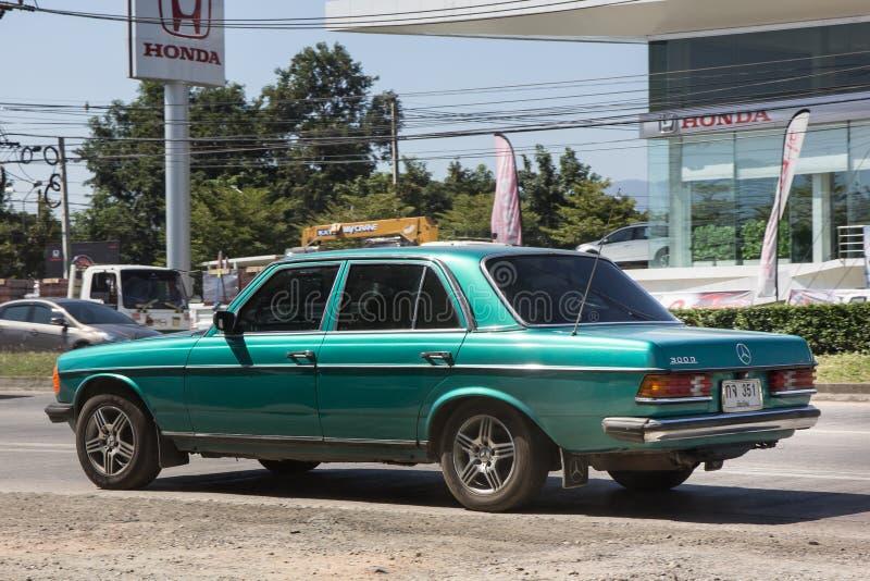 Chiangmai Thailand - November 5 2018: Privat gammal bil av Mercedes Benz 300D Foto på den ingen vägen 1001 omkring 8 km från cent royaltyfria foton