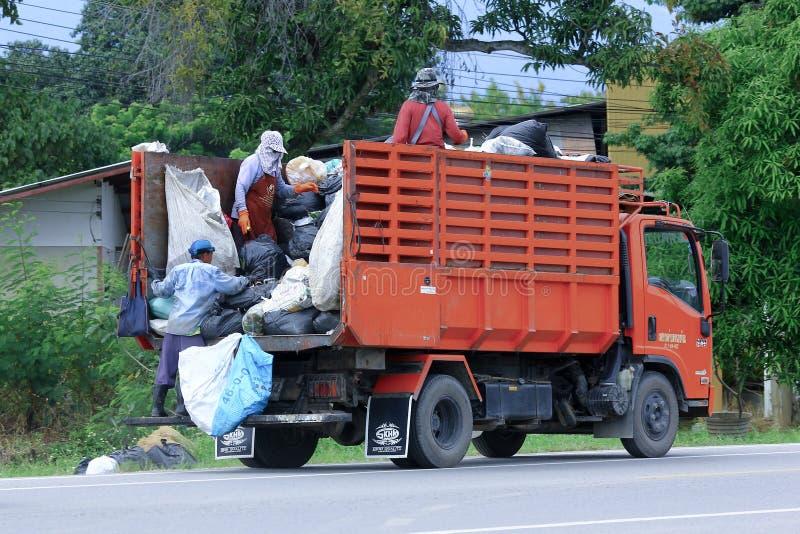 CHIANGMAI THAILAND - OKTOBER 6 2014: Avskrädelastbil av den administrativa organisationen för Nongjom Subdistrict Foto på vägen i royaltyfria bilder