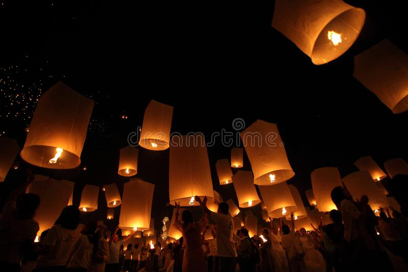 CHIANGMAI, THAILAND - OKTOBER 24: Thaise mensen die lantaarn drijven 24 oktober, 2012 in Maejo, Chiangmai, Thailand royalty-vrije stock foto