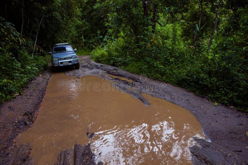Chiangmai Thailand - september25,2013: de autobenadering van 4x4 suv voor het overgaan van offroad sleep in hoge berg van chiangm stock foto's