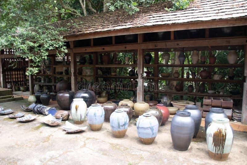 Chiangrai 'Doy Din Dang': famoso local para turistas com produtos artesanais e cerâmica fotos de stock