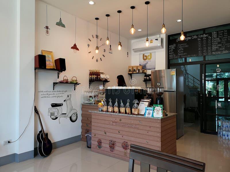 CHIANGRAI, TAILANDIA - 17 DE DICIEMBRE: situación asiática joven no identificada del barista detrás del contador en cafetería el  imágenes de archivo libres de regalías