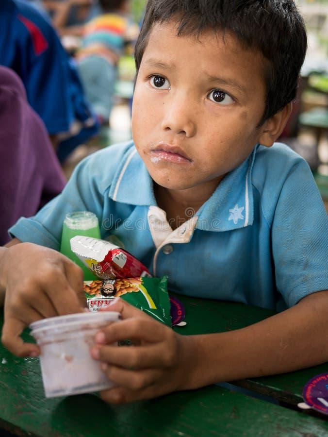CHIANGRAI TAJLANDIA, Sierpień, - 12, 2016: Niezidentyfikowani dziecko sierota w zakazu Nana domu Zakazu Nana sierociniec bierze o zdjęcie royalty free