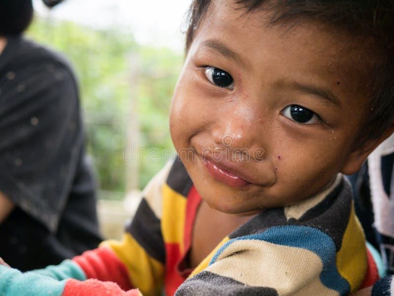 CHIANGRAI, THAILAND - Augustus 12, 2016: Niet geïdentificeerde kindwezen in het huis van Verbodsnana Het Weeshuis van verbodsnana royalty-vrije stock afbeeldingen