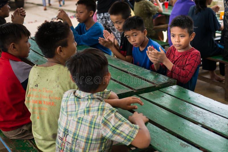 CHIANGRAI, THAILAND - Augustus 12, 2016: Niet geïdentificeerde kindwezen in het huis van Verbodsnana Het Weeshuis van verbodsnana stock afbeeldingen
