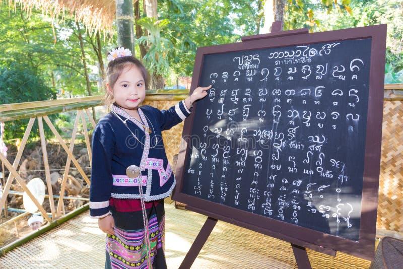 CHIANGRAI - THAILAND DECEMBER 7: Oidentifierad flicka Tai Lue i Tri royaltyfria bilder