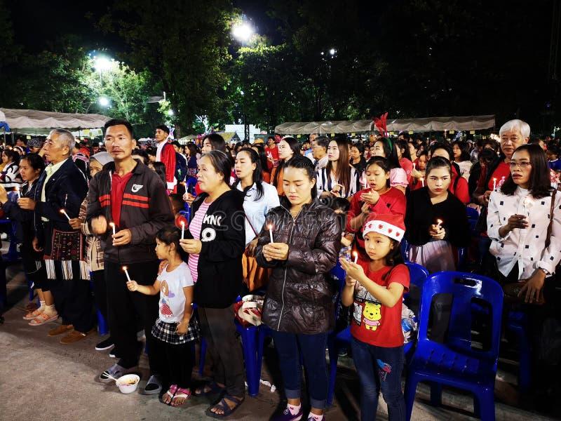 CHIANGRAI THAILAND - DECEMBER 19: oidentifierat asiatiskt folk som rymmer stearinljus för att fira jul på December 19, 2018 in arkivfoton