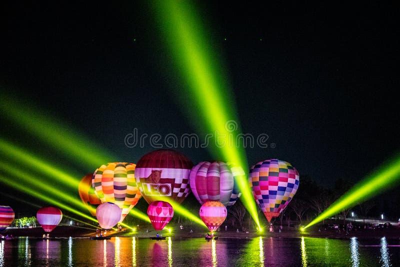 CHIANGRAI THAILAND - Februari 15, 2019: Livliga ballons för varm luft med den ljusa showen i den mörka natthimlen på Singha parke arkivbild