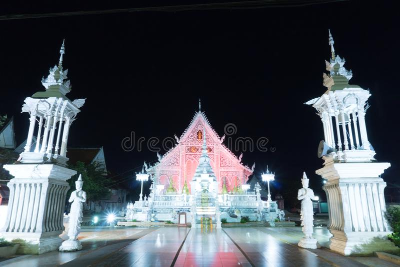 Chiangraitempel bij nacht, lampang, Thailand stock foto's