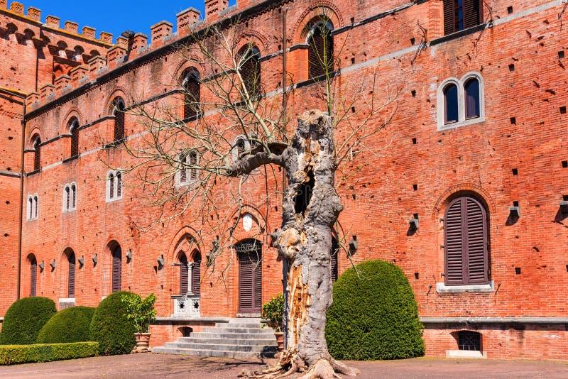 Chianti region Włochy, Kwiecień, - 21, 2018: Castello Di Brolio, wiejski kasztel, pałac i ogródy blisko Siena, region Tuscany, obraz royalty free