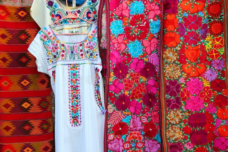 chiapas五颜六色的礼服织品墨西哥serape 免版税库存照片