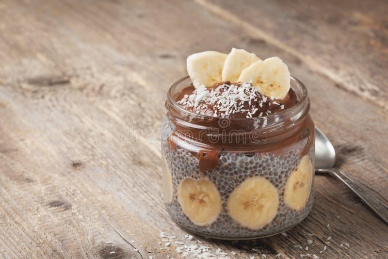 Chiapudding met chocoladebanaan smoothie stock afbeelding