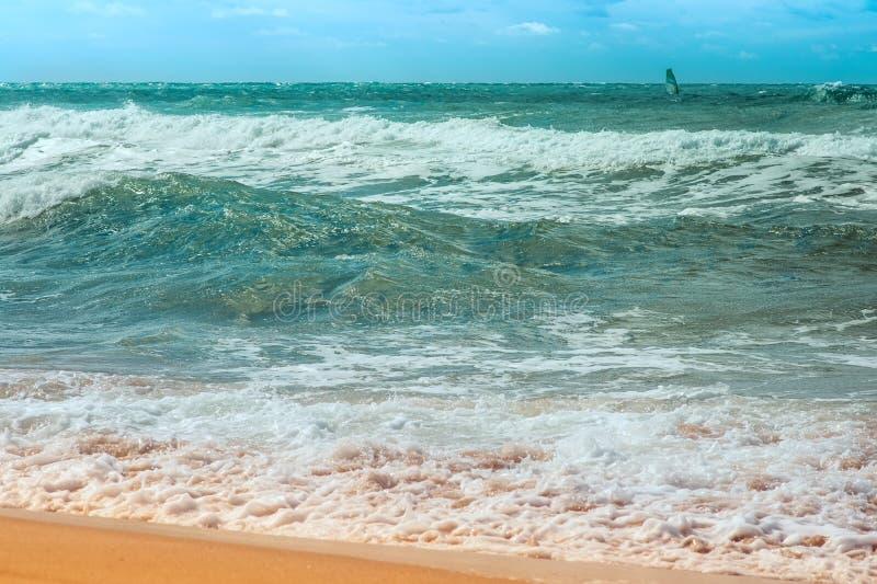 Chiara acqua della località di soggiorno del mare con le onde belle immagine stock