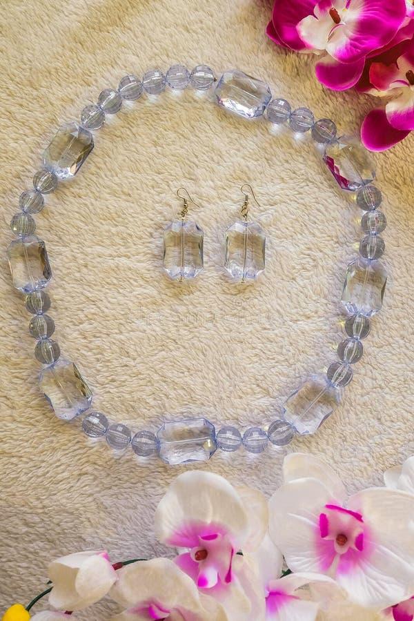 Chiara collana ed orecchini di plastica fatti a mano fotografia stock