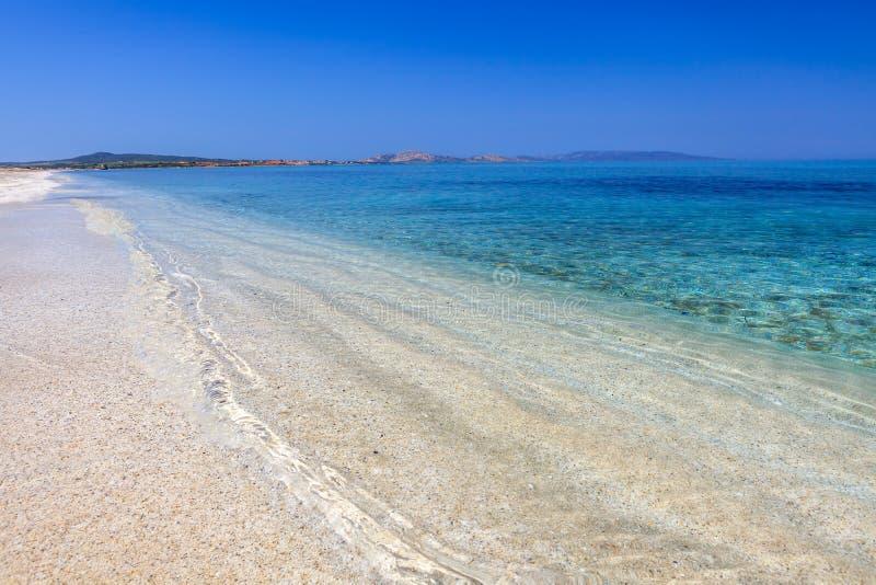 Chiara spiaggia dell'acqua di Le Saline, Sardegna immagine stock