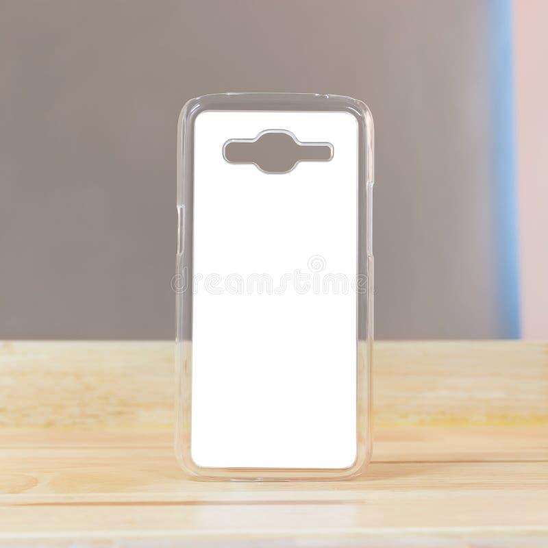 Chiaro caso mobile su fondo di legno nella stanza moderna Oggetto dello smartphone di protezione per la vostra progettazione immagini stock libere da diritti