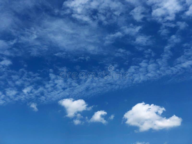 Chiaro cielo blu con alcune nuvole immagine stock