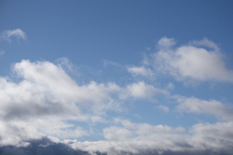 Chiaro cielo con la stratosfera dello spazio molle delle nuvole fotografia stock