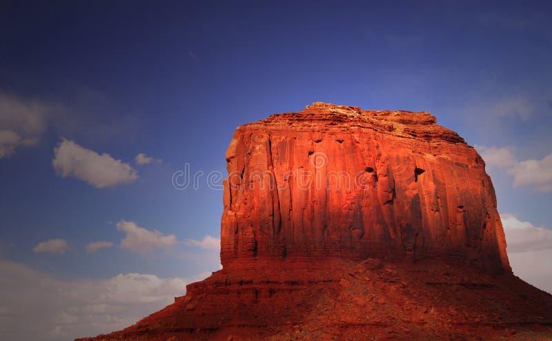 Chiaro direzione una formazione rocciosa in valle del monumento fotografia stock libera da diritti