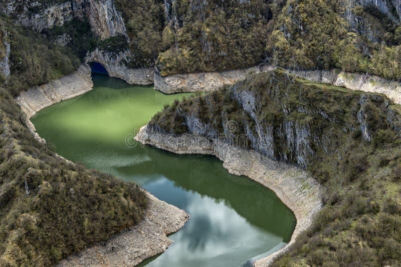 Chiaro e fiume pulito Uvac in Serbia con i meandri fotografie stock libere da diritti