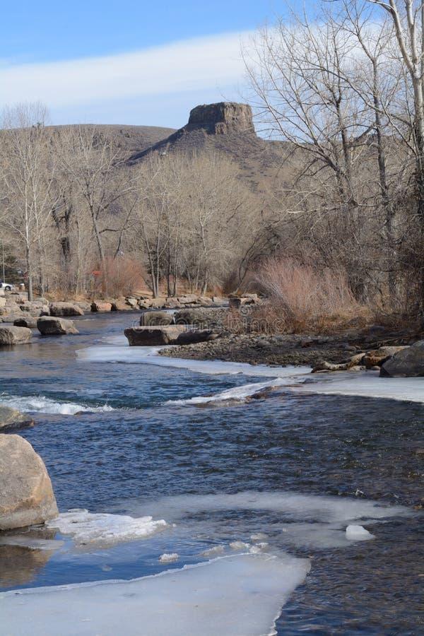 Chiaro fiume dell'insenatura nell'inverno con ghiaccio immagini stock libere da diritti
